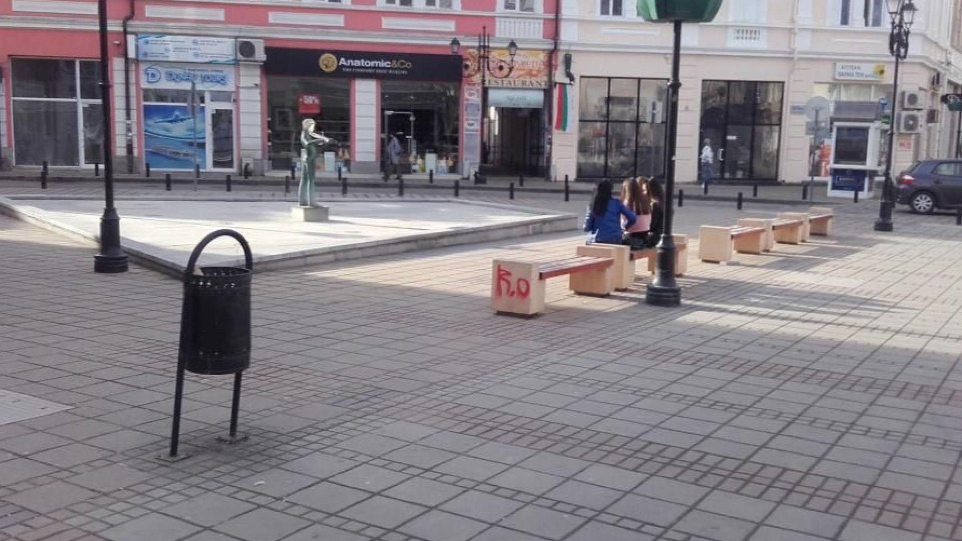 Младежи надраскаха сгради по централната улица в Русе. На 4