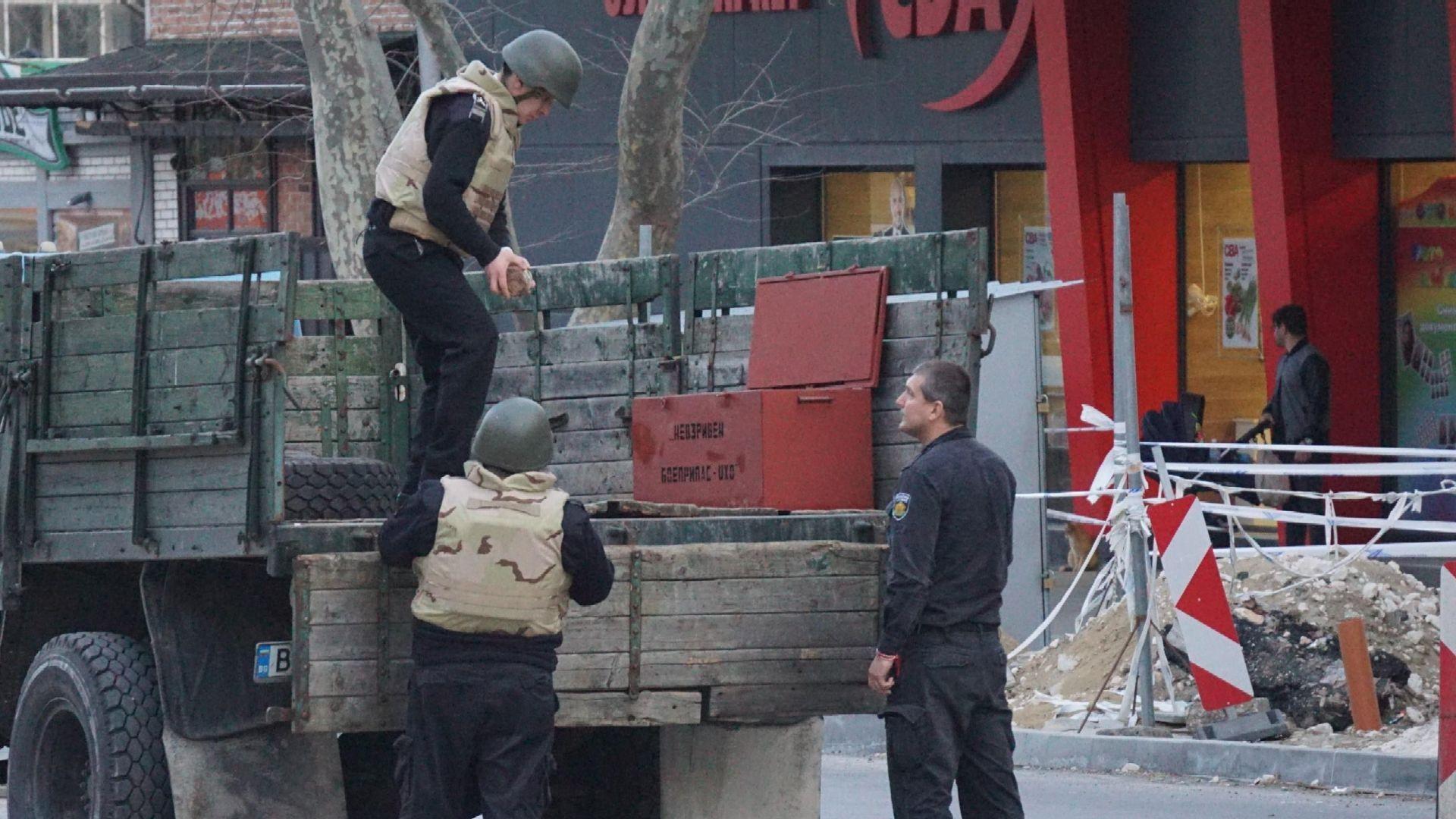 С голи ръце преместиха намерения снаряд във Варна (снимки)