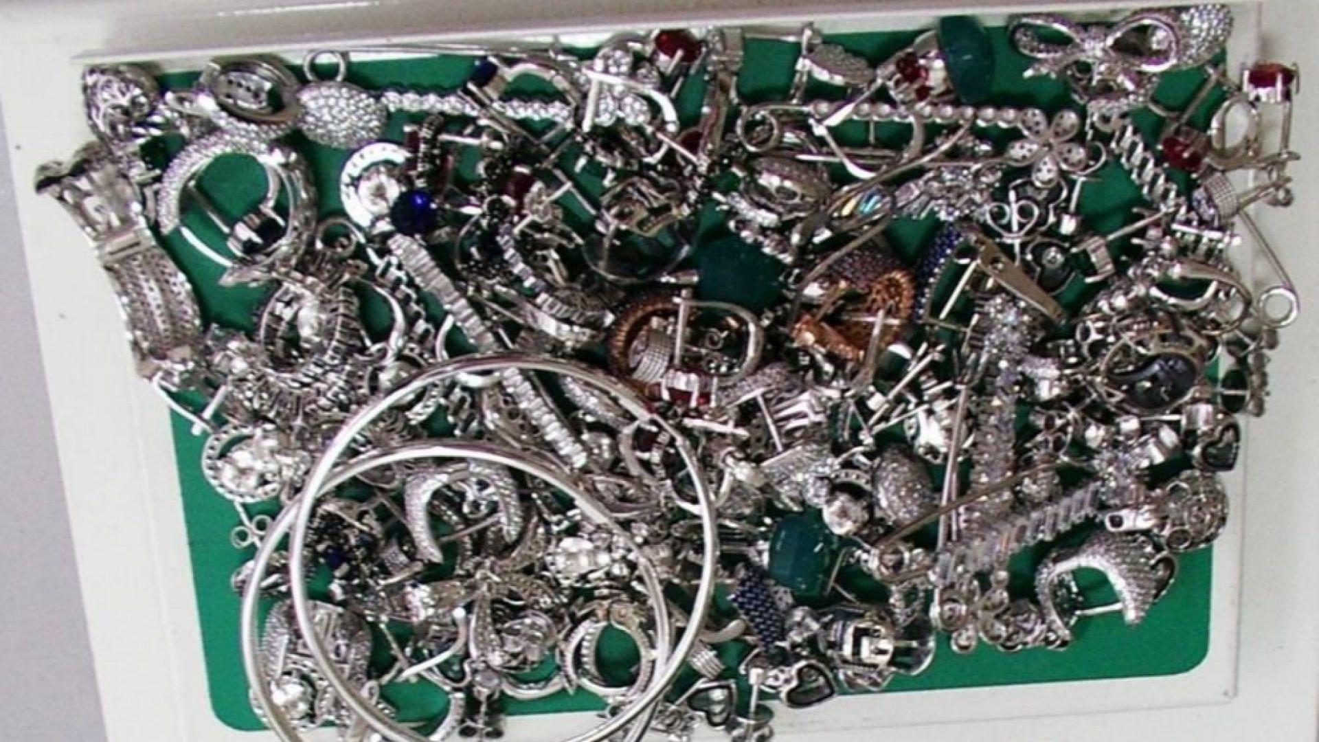 Хванаха румънец със 7 кг сребърни накити на Лесово