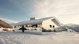 """Огледална къща-""""хамелеон"""" в швейцарските Алпи"""