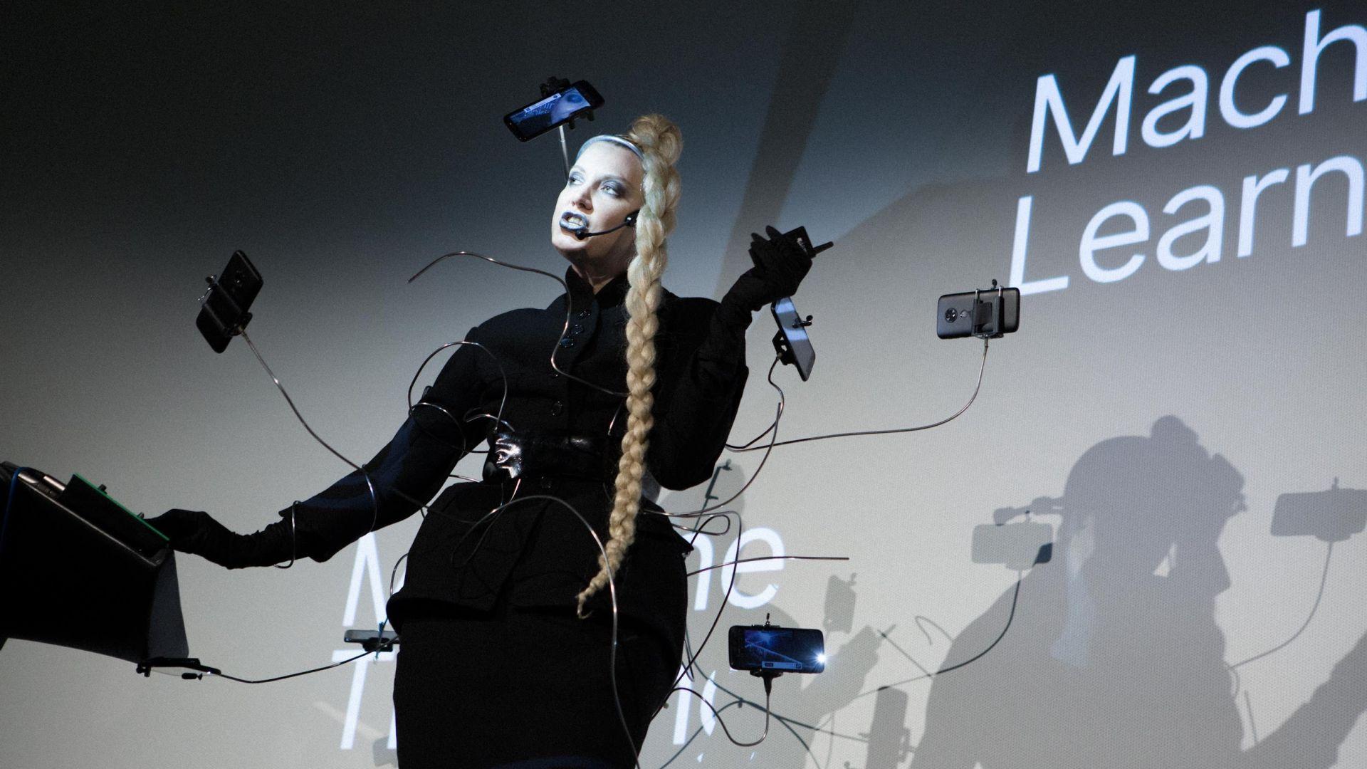 Рокля от смартфони на Седмицата на модата в Париж
