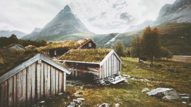 """Зрелищна лавина """"на косъм"""" от село в Норвегия (видео)"""
