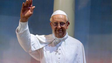 """Папа Франциск у нас - премиерът го чака на летището, а президентът - на """"Дондуков"""" 2"""