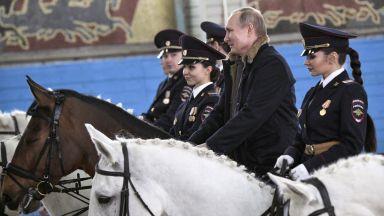 За 8 март Путин язди с конни полицайки и им подари жребец