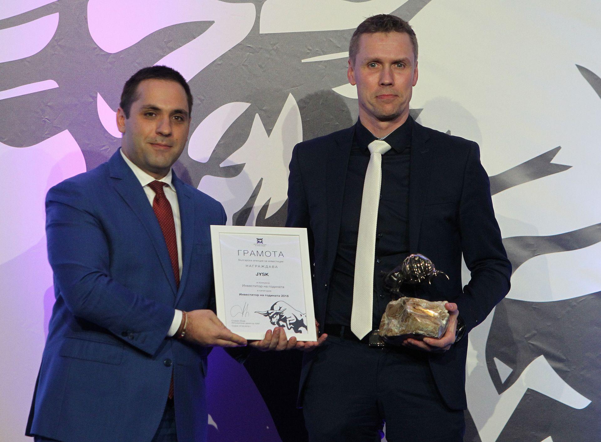 """Инвеститор на 2018 г. връчи Емил Караниколов (ляво), министър на икономиката на фирма """"Юск"""""""