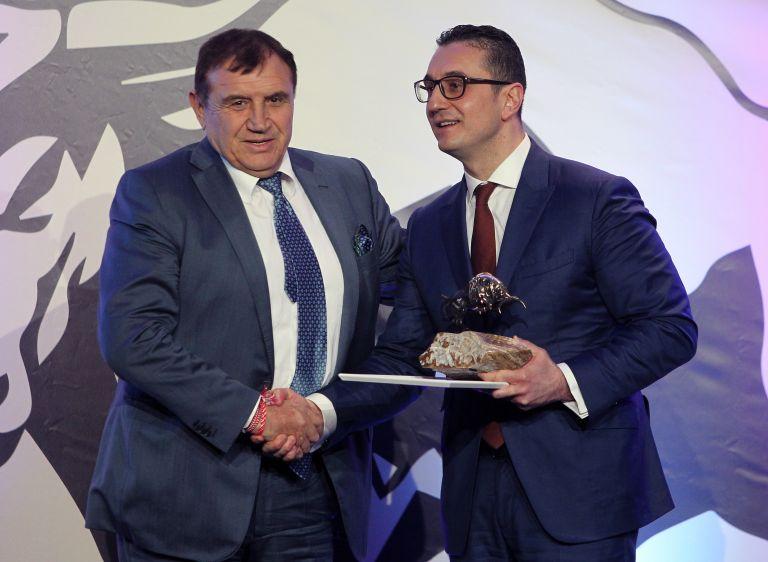 """Инвестиция в разширяване на бизнес връчи Стамен Янев (дясно) на """"Минстрой Холдинг"""" АД проф. Николай Вълканов"""