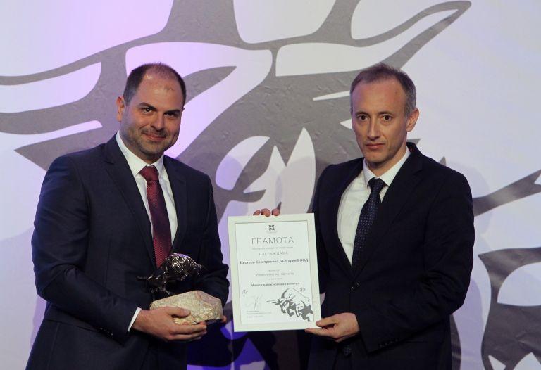 За Инвестиция в човешки капитал награда връчи министърът на образованието и науката Красимир Вълчев (дясно) на Иван Михайлов от Вистеон Електроникс