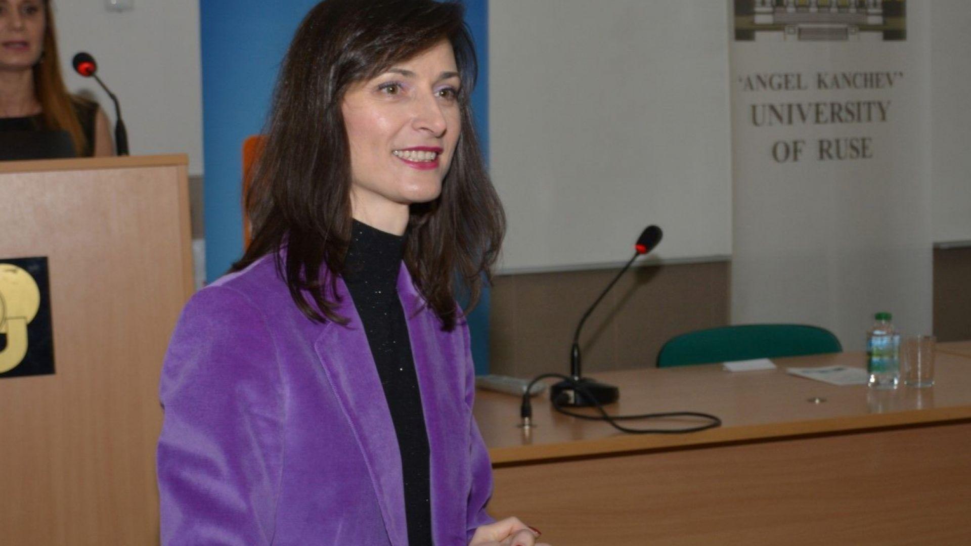 Мария Габриел: 75% от младите хора не разпознават фалшивите новини