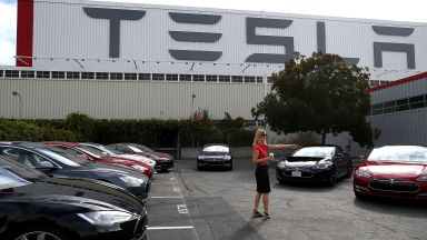 Продажбите на електромобили на Тесла в Китай паднали почти наполовина
