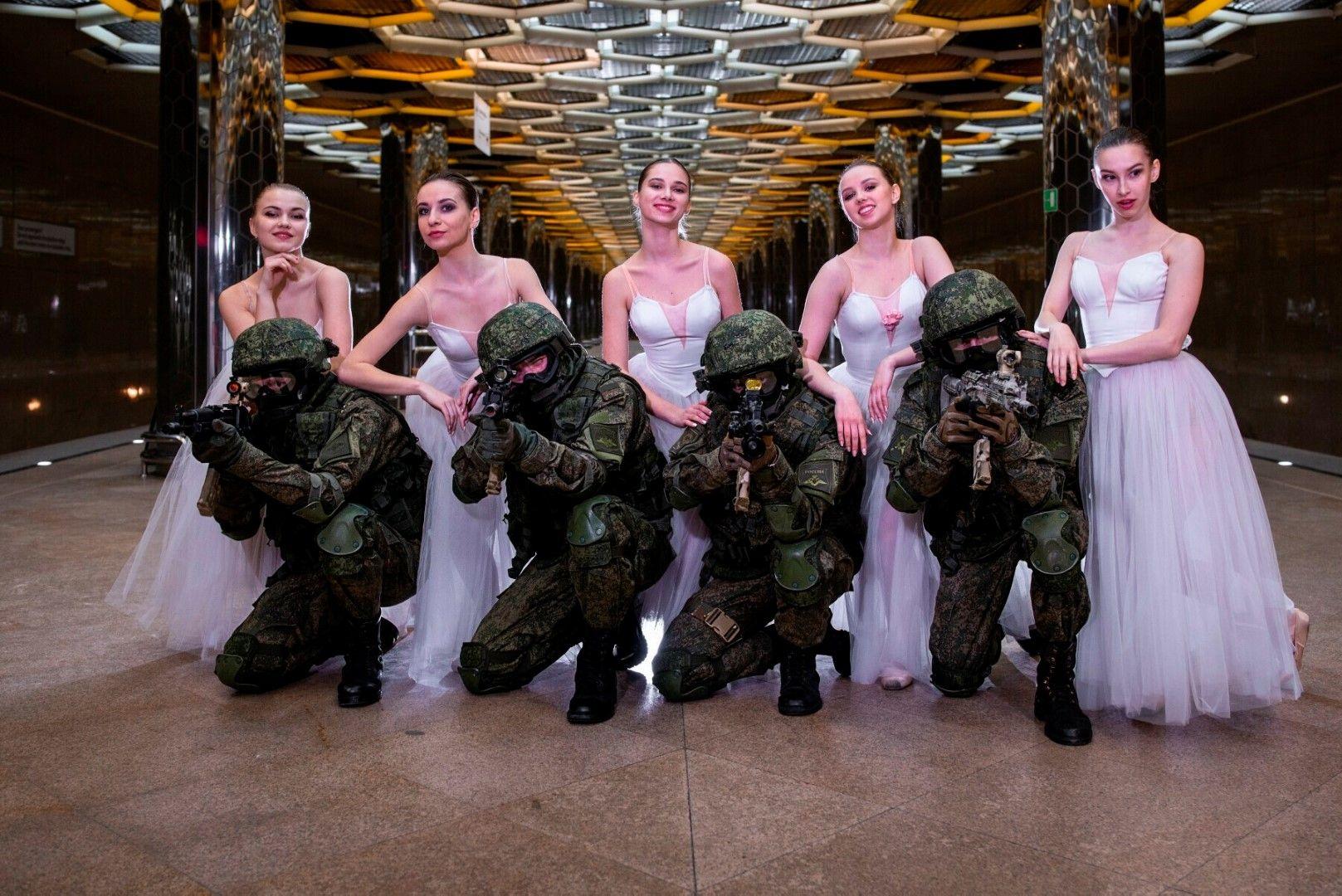 Войници и балерини в Екатеринбург - снимка на Министерството на отбраната на Русия