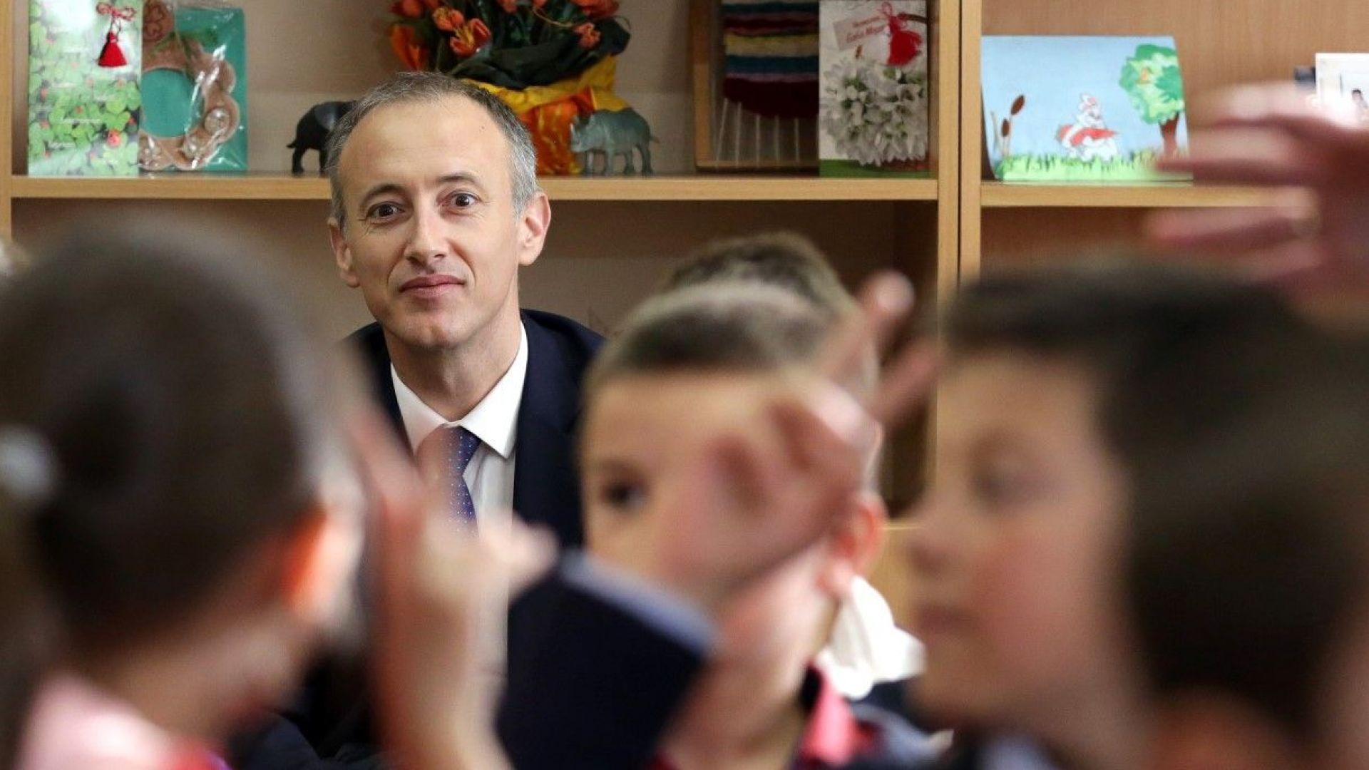 """Образователният министър се обяви срещу """"идеология за самоопределяне на пола в училище"""""""
