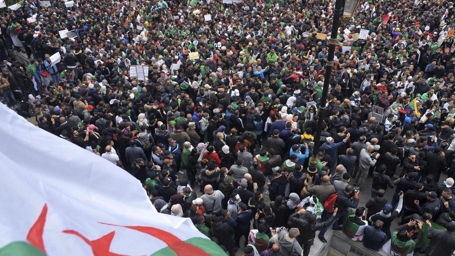 Половин милион алжирци на протест срещу президента