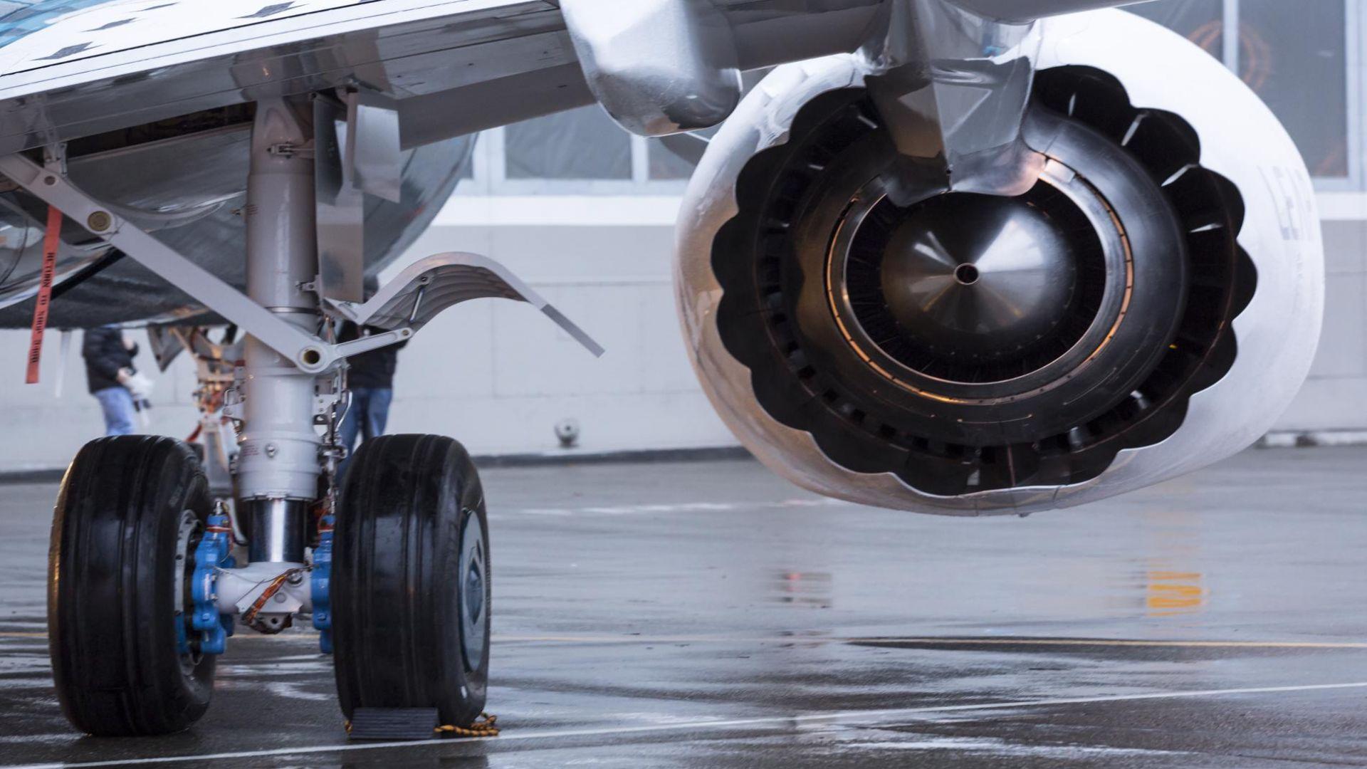 """""""Боинг 737-800"""" със 157 пътници на борда кацна аварийно в Русия"""