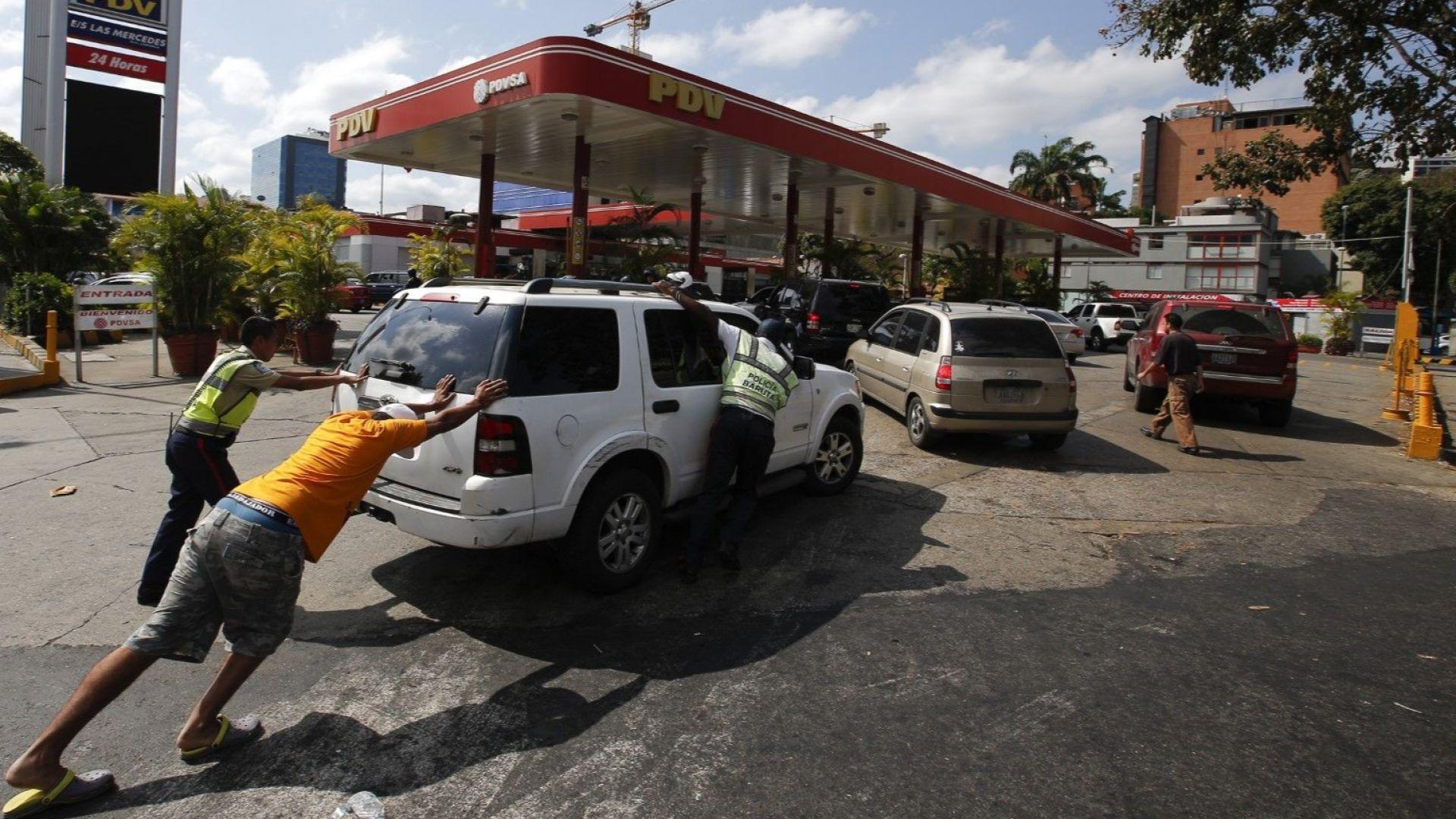 Венецуела на прага на хуманитарна криза: Няма ток, вода и бензин, разграбват магазините