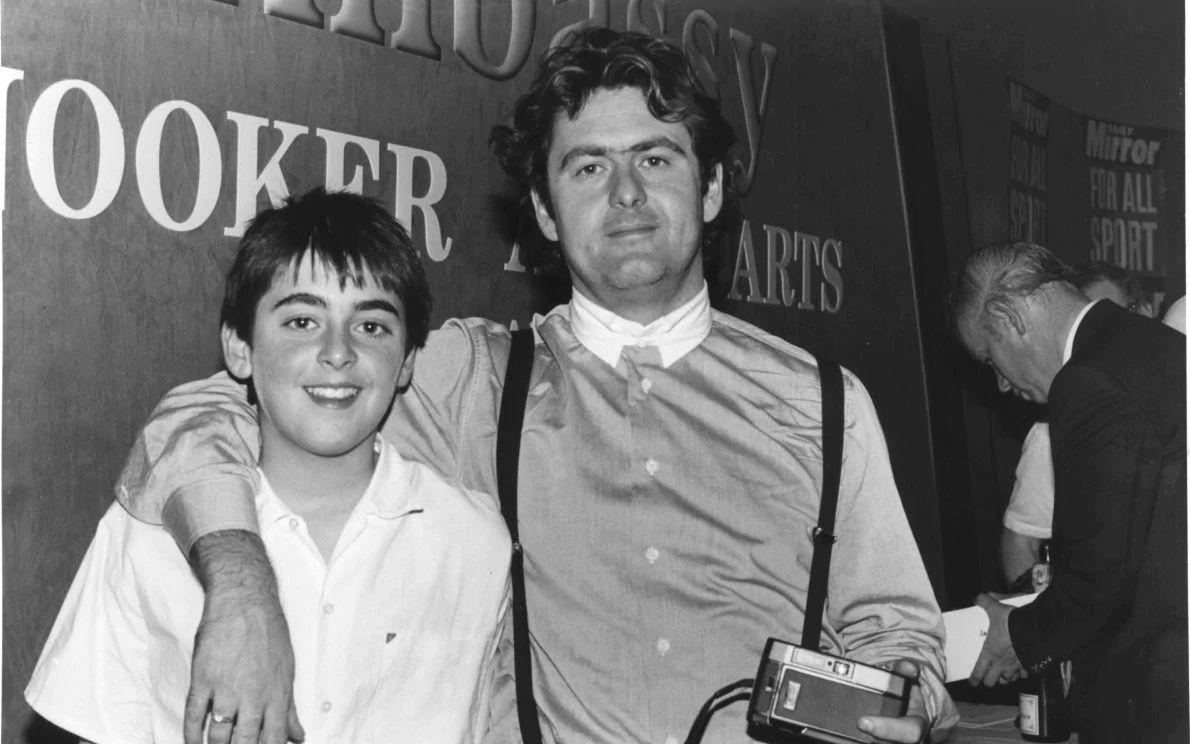 Рони (вляво) с баща му.