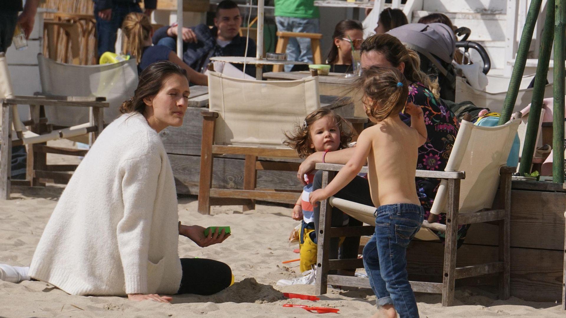 Рекордно топло време напълни плажните заведения във Варна (снимки)