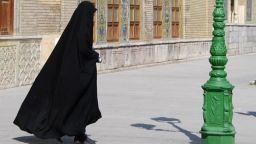 """Ирански влюбени бяха арестувани, защото си казаха """"Да"""" в мол"""