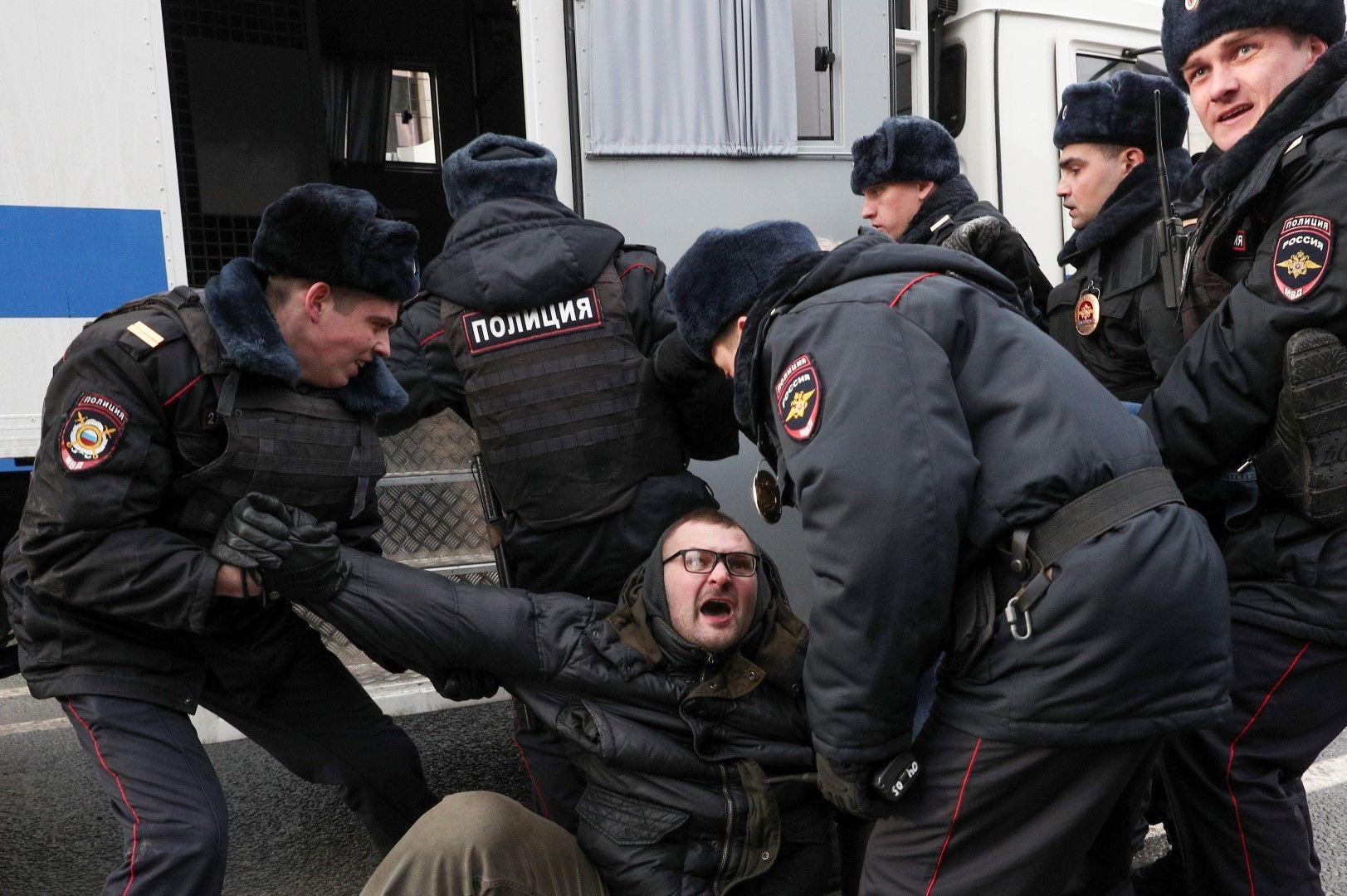 Много демонстранти бяха задържани