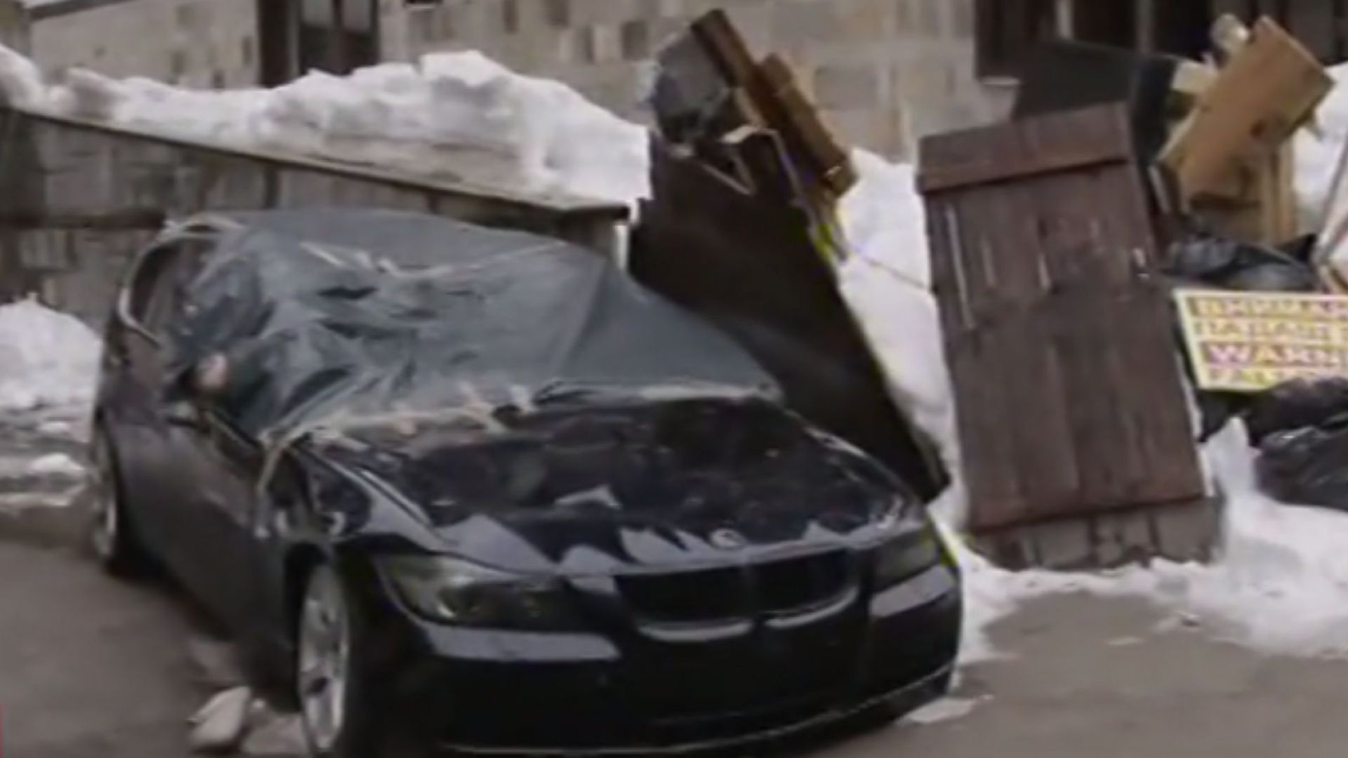 Сняг падна от покрив и премаза няколко автомобила в Пампорово