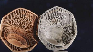 Стивън Хокинг бе почетен с монета, вдъхновена от работата му по черните дупки