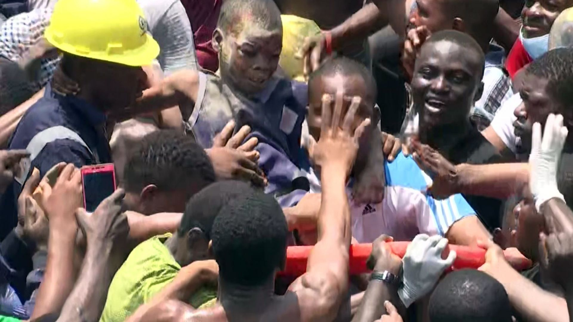 Рухнала сграда с училище затрупа над 100 души в Нигерия