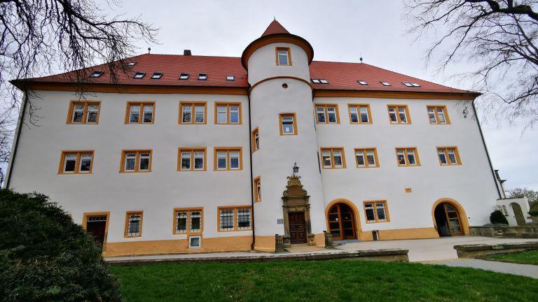 Централата на Hohenstein е разположена в замък