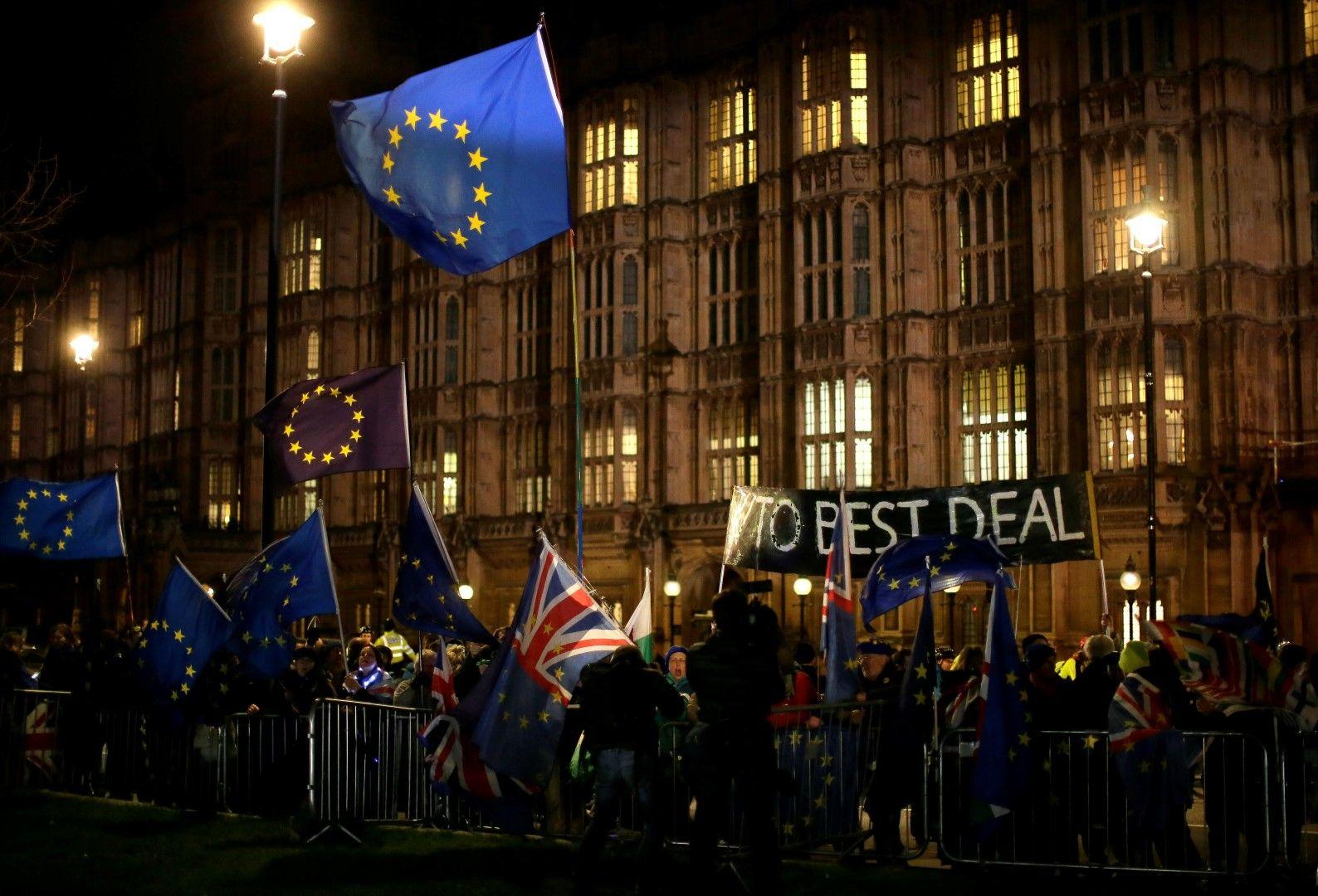 Привърженици и противници на Брекзит се събраха пред парламента