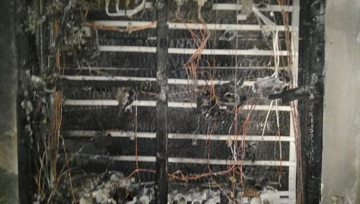 Заради изгорялото табло, блокът е без електричество