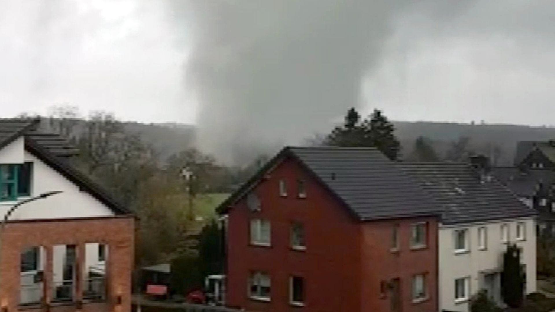Разрушения и ранени при торнадо в Германия (видео)