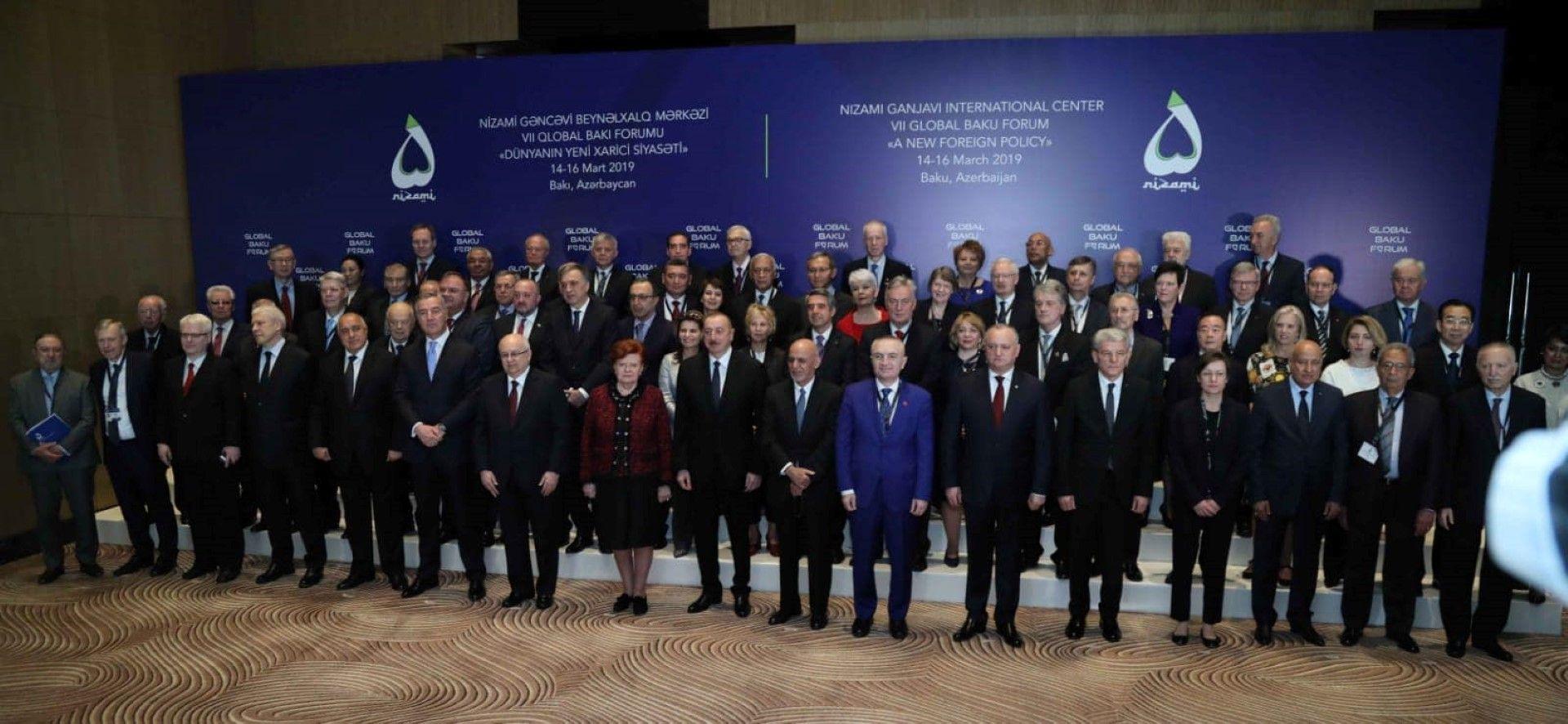 Участниците в глобалния форум в азербайджанската столица Баку - сред тях се виждат президентите Петър Стоянов и Росен Плевнелиев