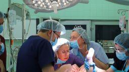 Лекари извършиха уникална операция на бебе на 1 г. с рядък тумор