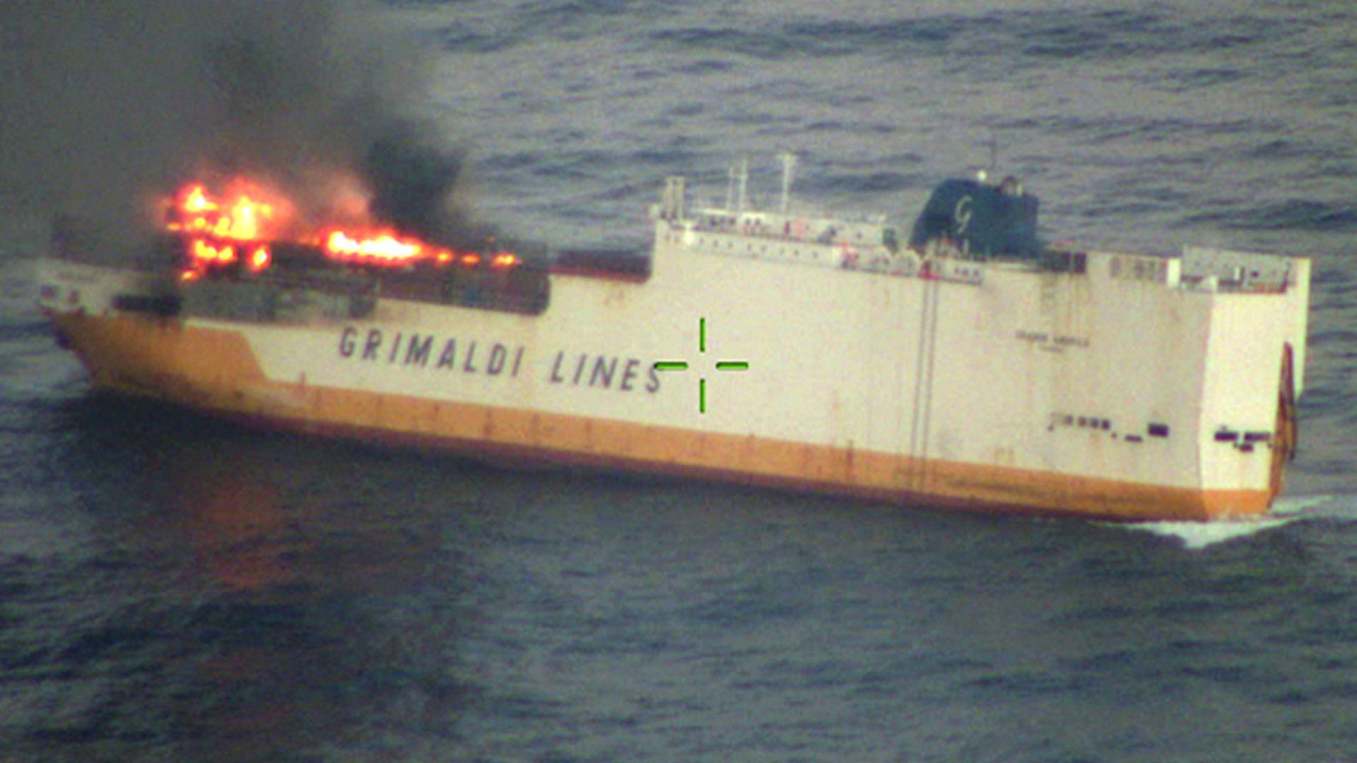 Петролен разлив от потънал кораб застрашава френското крайбрежие (снимки)