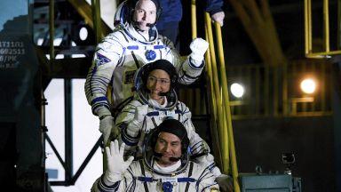 Руските астронавти излязоха в открития космос (видео)