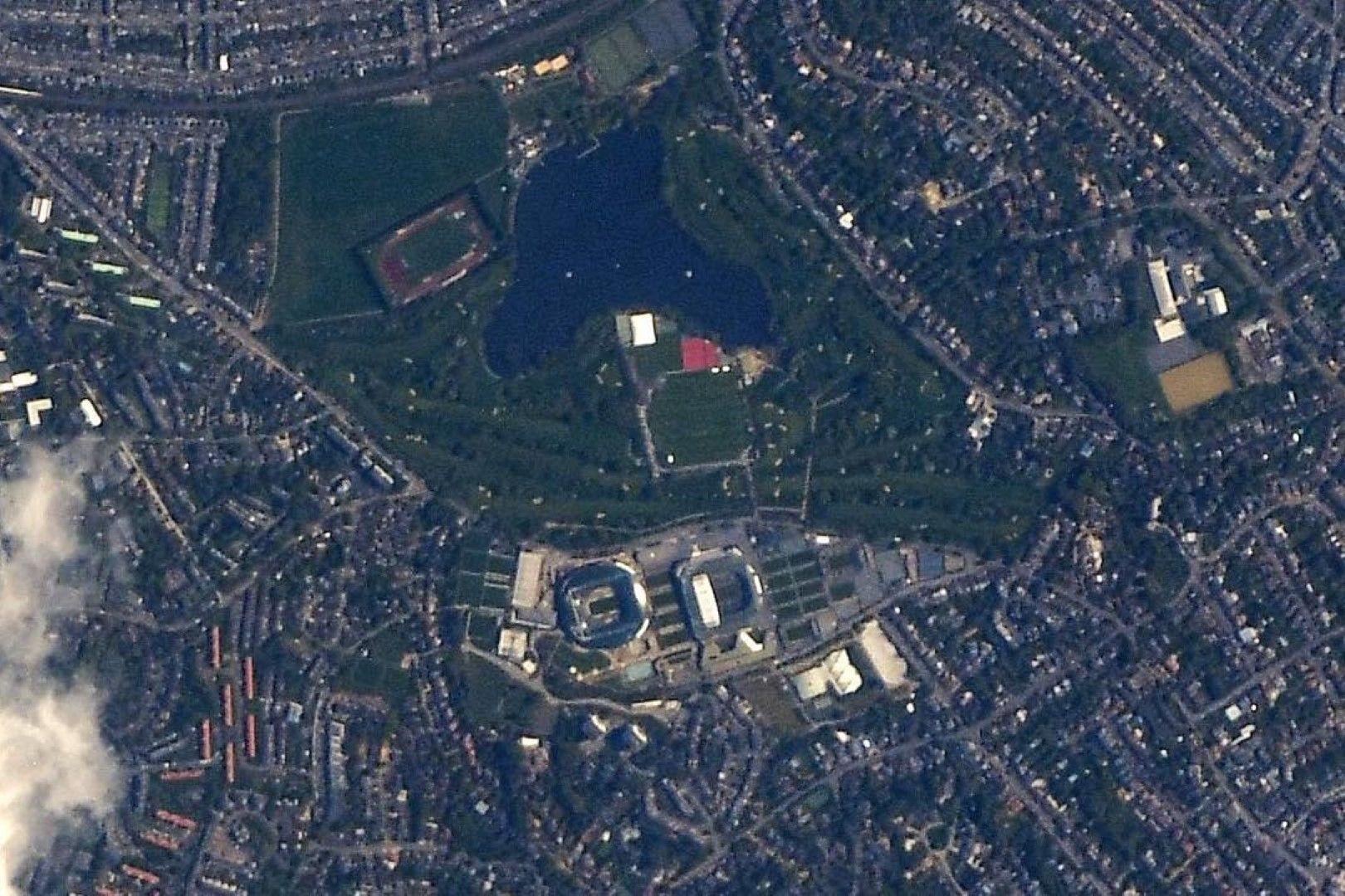 Това обаче не е толкова лошо - в Инстаграм се появи снимка на комплекса в Лондон, където е легендарната надпревара на трева в тениса.