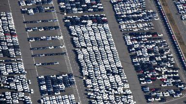 След юлска глътка въздух продажбите на нови коли отново потънаха