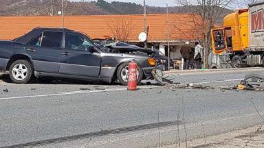 Един човек загина при челен удар между ТИР и лека кола