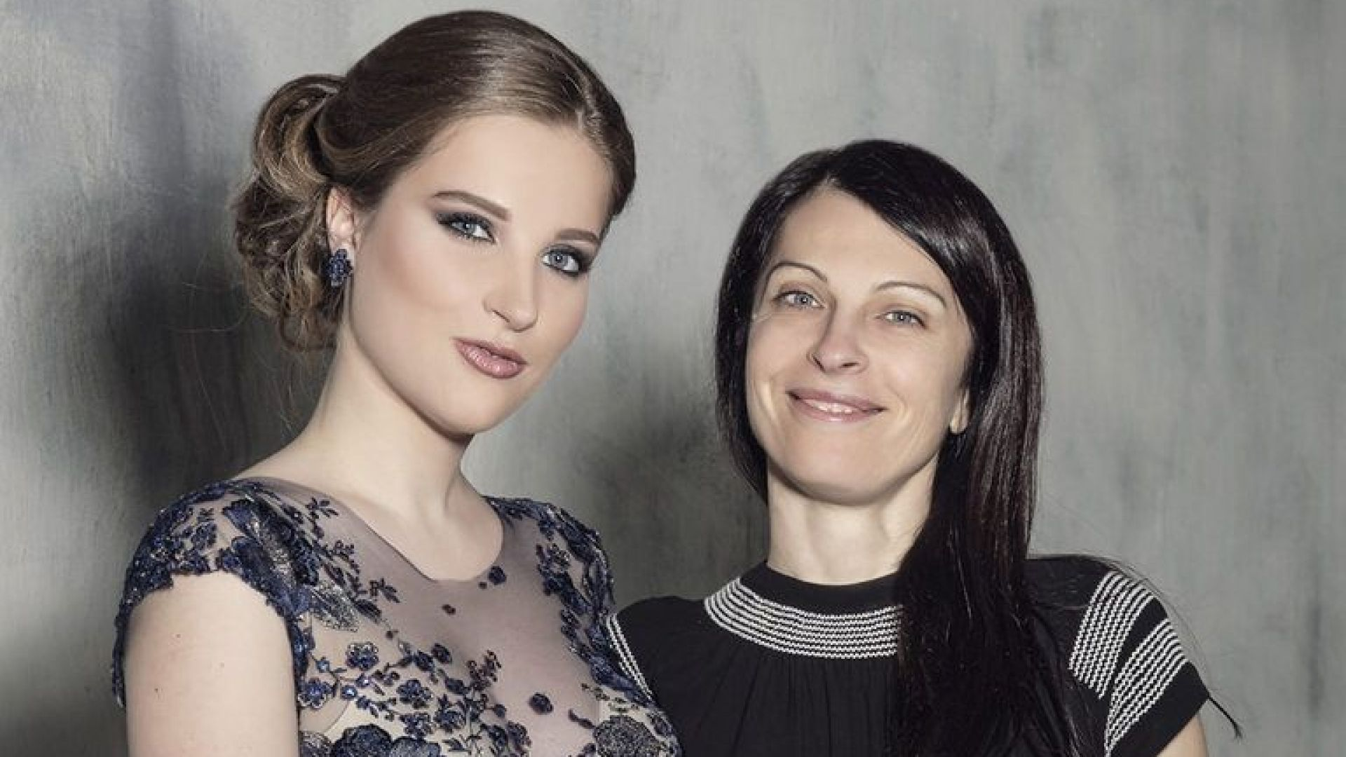 София Борисова с дъщеря си Доротея на абитуриентския ѝ бал
