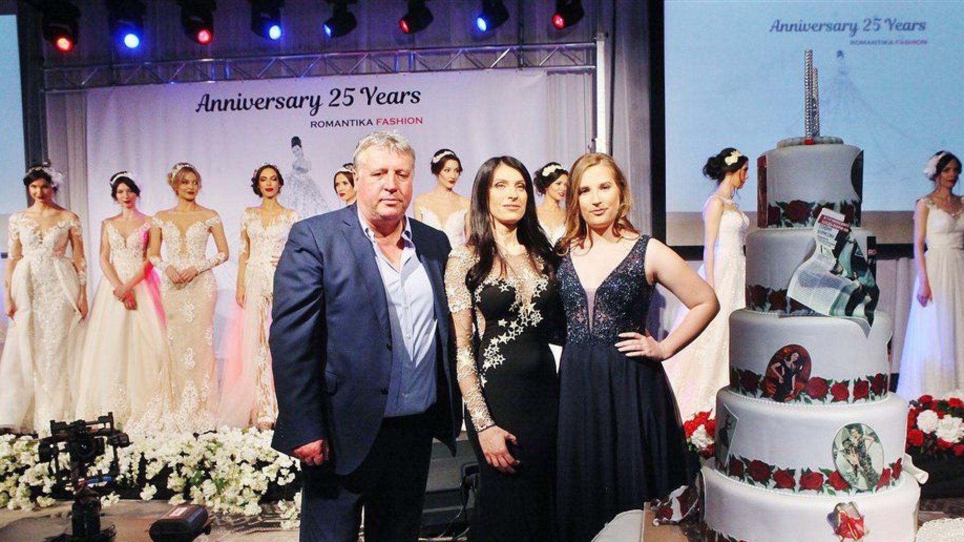 """София Борисова със съпруга си Валери и дъщеря си Доротея на """"25 години Романтика фешън"""""""