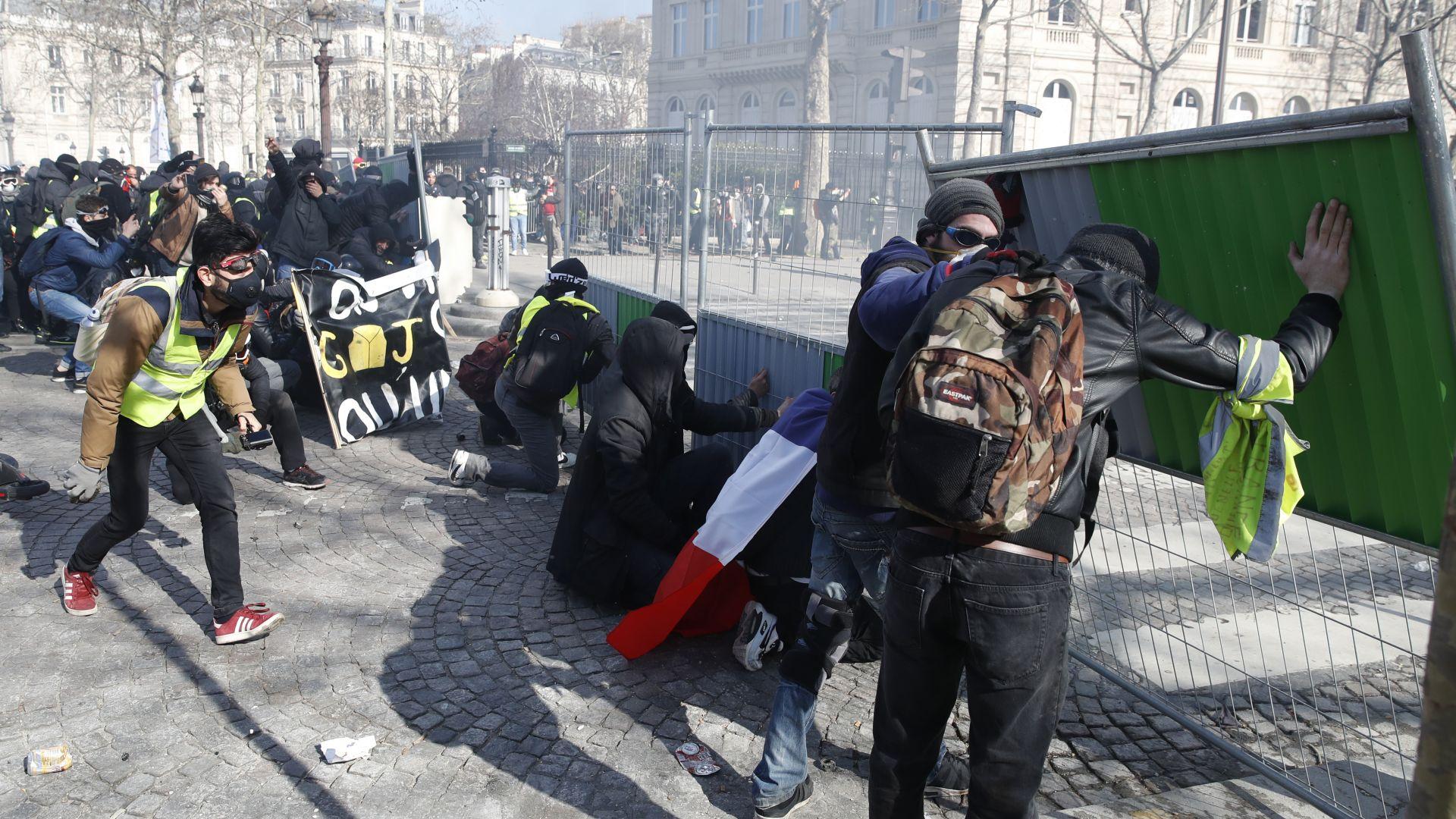 Френските банки призоваха за край на агресията на жълтите жилетки