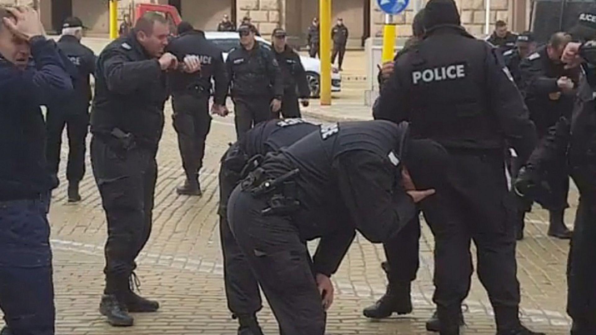 Полицаи се неутрализираха със собствения си лютив спрей на протеста в София (видео)
