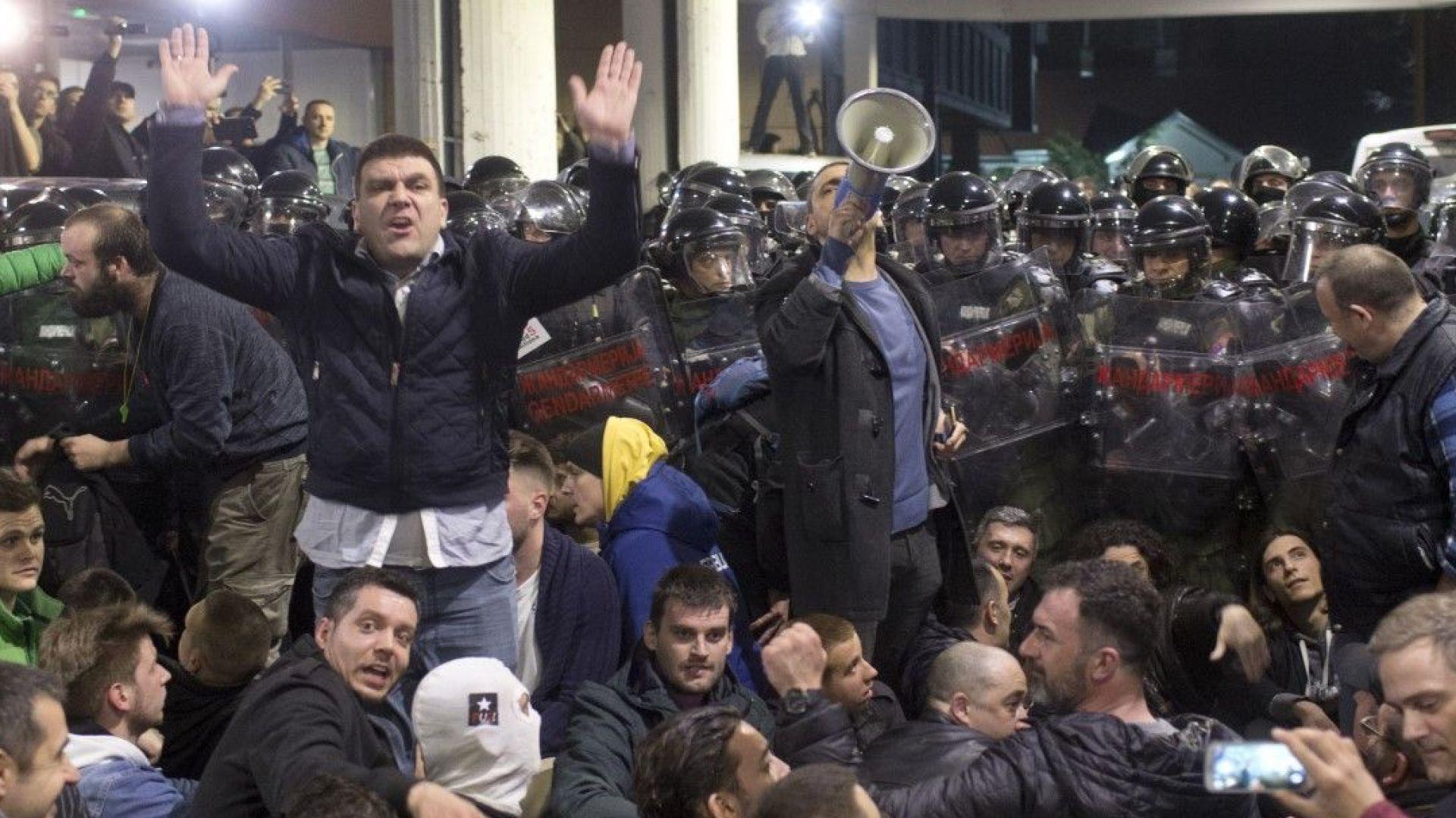 Група демонстранти, водени от лидерите на опозиционния Съюз за Сърбия,