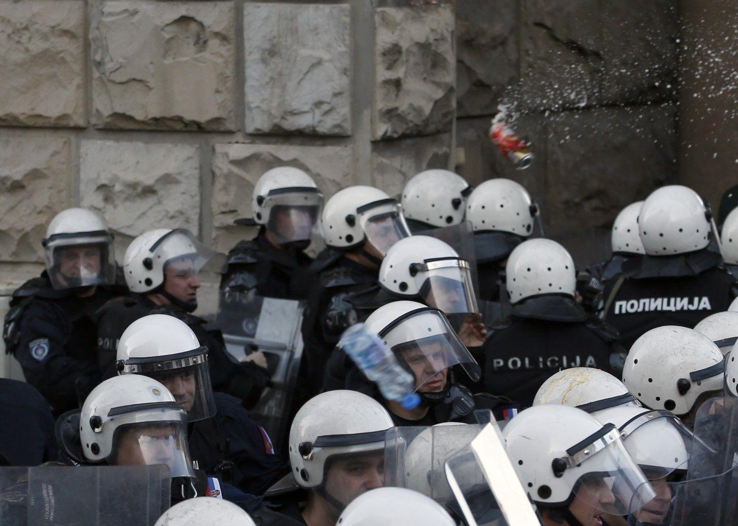Бутилки и кенчета полетяха по полицаите