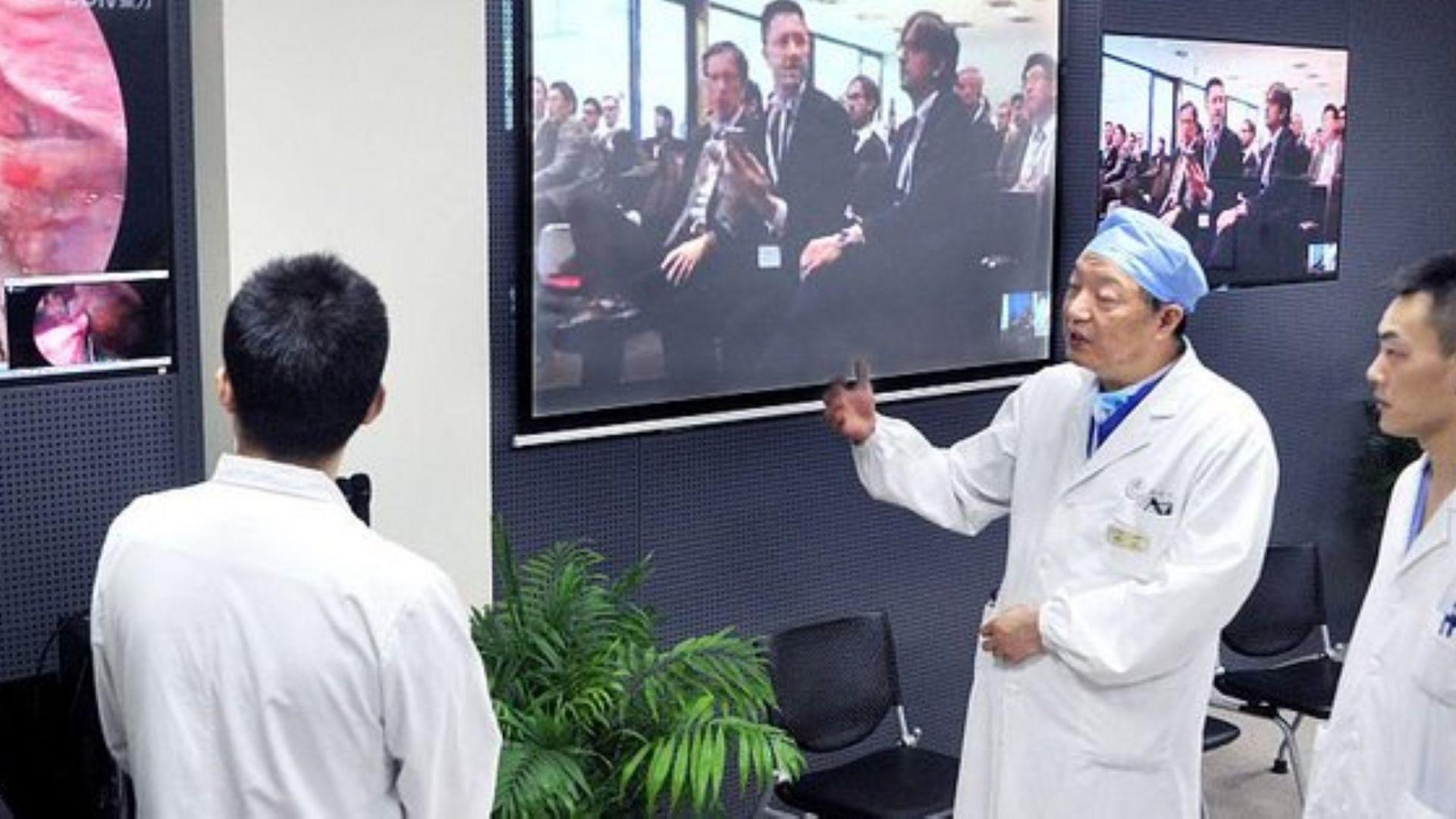 Китайски хирург изпълни първата в света мозъчна операция от разстояние,