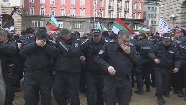 Проф. Радулов за куриоза с лютивия спрей: Полицаите не са готови за борба с безредици