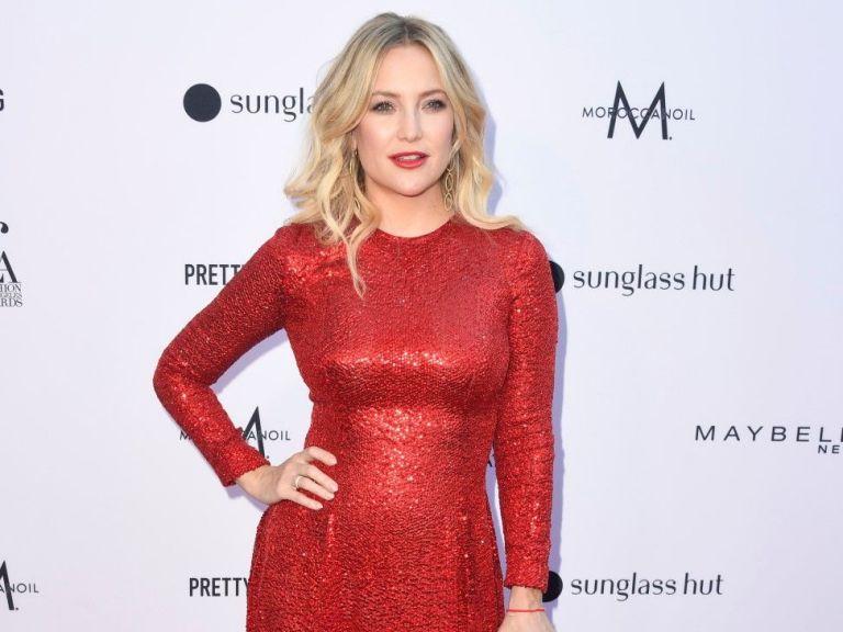 Червени тоалети и блясък на модните награди в Лос Анджелис