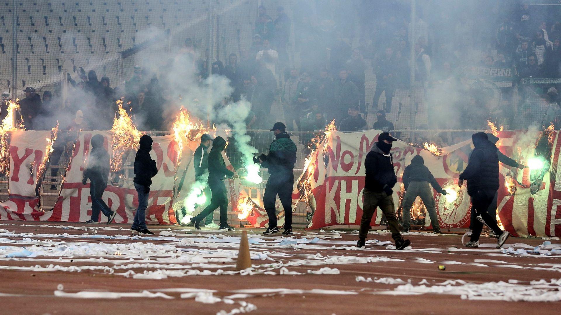 Пожари и сълзотворен газ спряха дербито в Атина (видео и снимки)