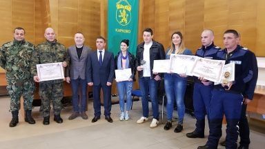 Наградиха спасителите на момичето, паднало във водопад край Карлово