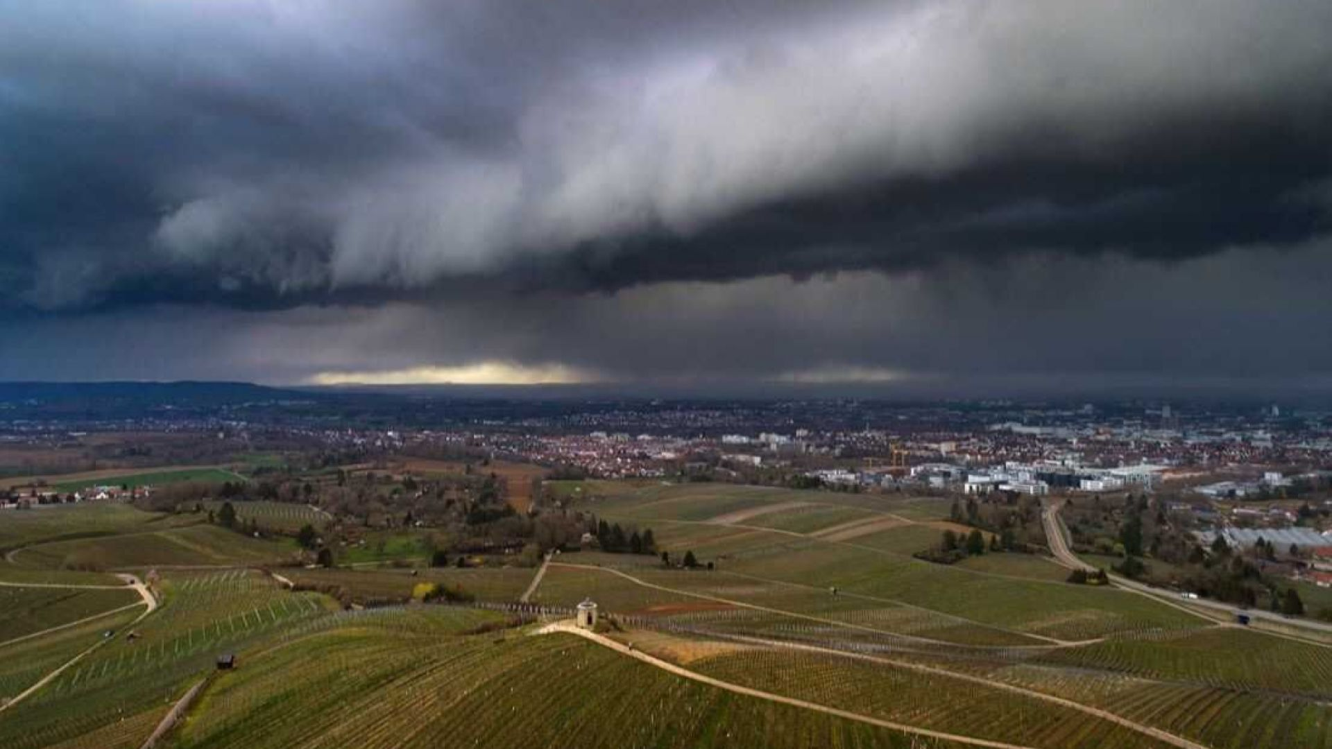 Необичайни и зрелищни облаци над Европа (галерия)