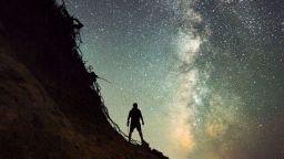 Самотен финландец броди през нощта и прави умопомрачителни кадри