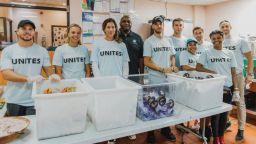 Григор влезе да помага в кухня за бездомни в САЩ